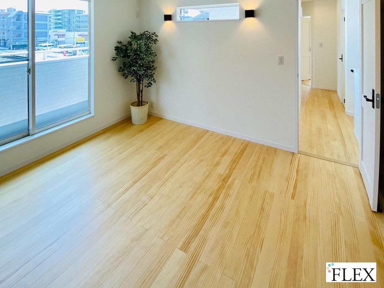 FLEX流 家づくりのポイント~無垢材の床とカラードアのある家~